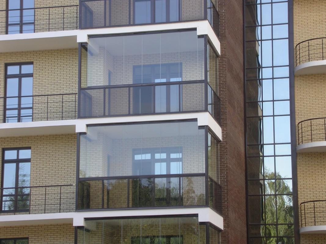 Витражное остекление балконов и лоджий: достоинства.