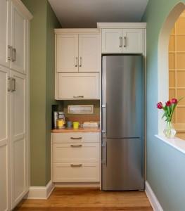 холодильник в затемненном месте